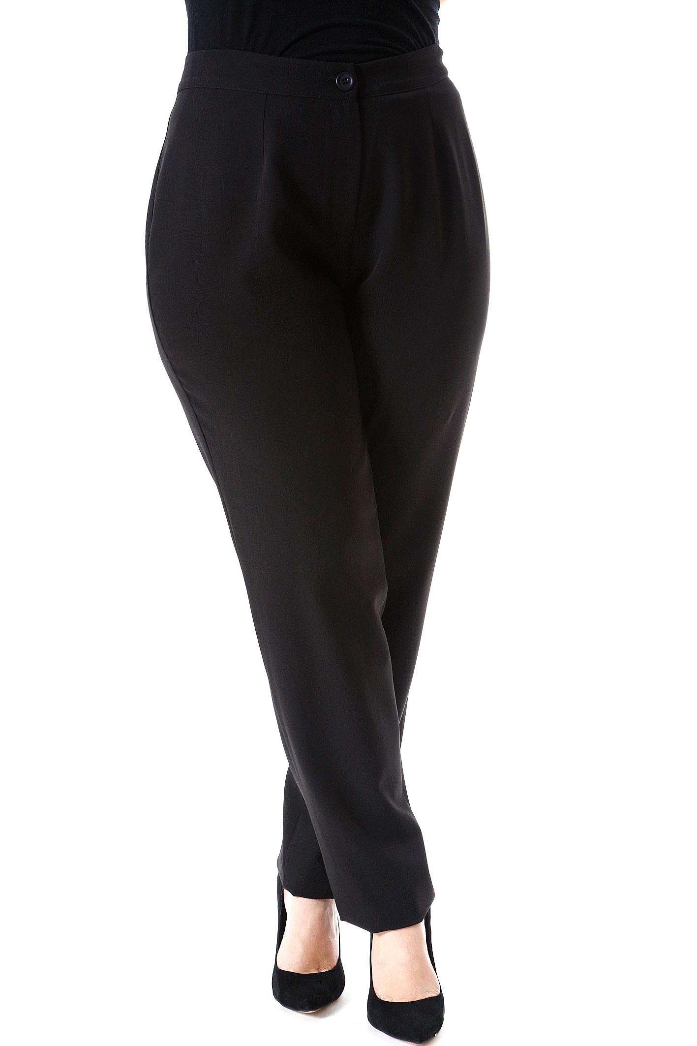Παντελόνι με πιέτες Κλείνει με κουμπί και φερμουάρ Ίσια γραμμή Μαύρο χρώμα Διαθέσιμα μεγέθη από S έως 3XL. Σύνθεση: 92%POL 8%SP. Το μοντέλο έχει ύψος 1.75cm και φοράει μέγεθος S.