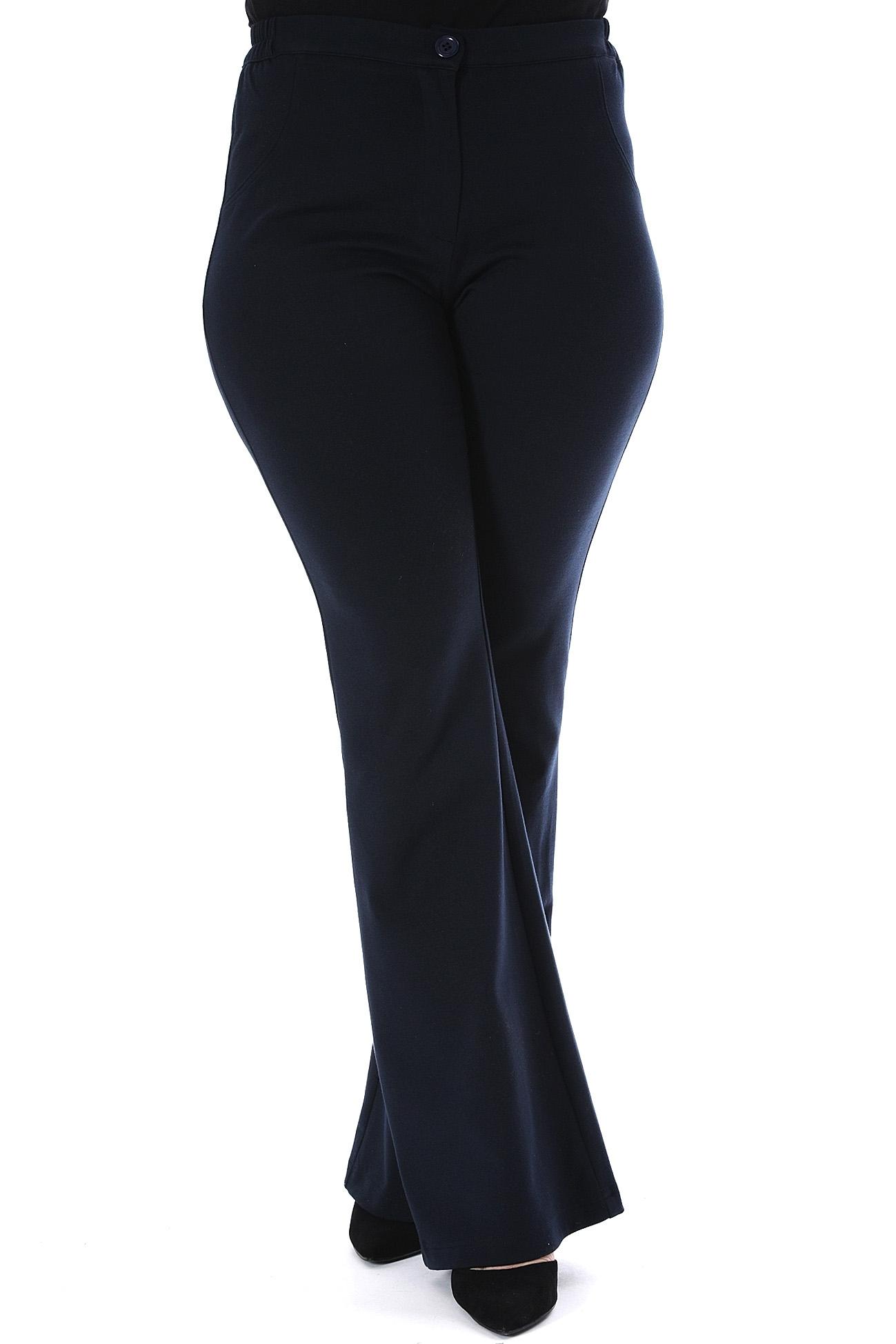 Παντελόνι καμπάνα, με κουμπί και φερμουάρ. Έχει λάστιχο στο πλάι, είναι σε bootcut γραμμή και μπλε χρώμα. Έχει τσέπες στο πίσω μέρος, με leather like λεπτομέρειες. Διαθέσιμα μεγέθη από S έως 4XL. Σύνθεση: 68%VISC 28%POL 4%SP Το μοντέλο έχει ύψος 1.73cm και φοράει μέγεθος S.