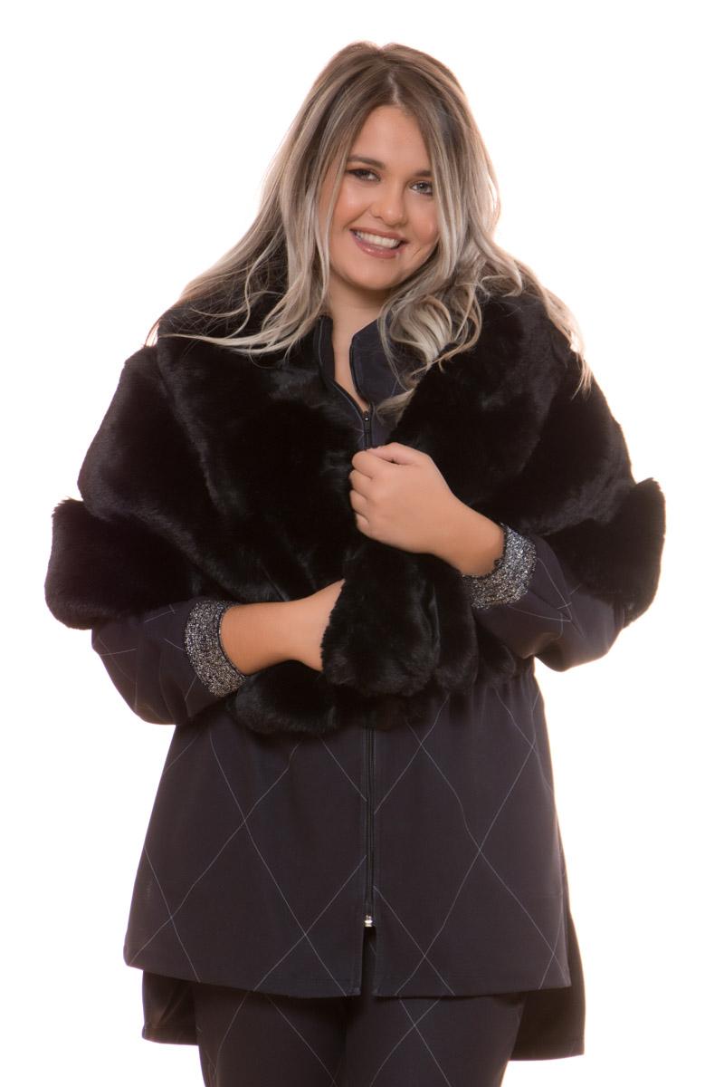 Ετόλ Οικολογική γούνα Μαύρο χρώμα Ανοιχτή λαιμόκοψη Εσωτερική φόδρα Μήκος 160cm Σταθερό ύφασμα οικολογικής γούνας Σύνθεση100%POL Η γραμμή είναι κανονική - Συμβουλευτείτε το μεγεθολόγιο. Ιδανική για όλες τις ώρες της ημέρας Διαθέσιμο σε ένα μέγεθος Το μοντέλο έχει ύψος 1.75cm και φοράει μέγεθος Ο/S.