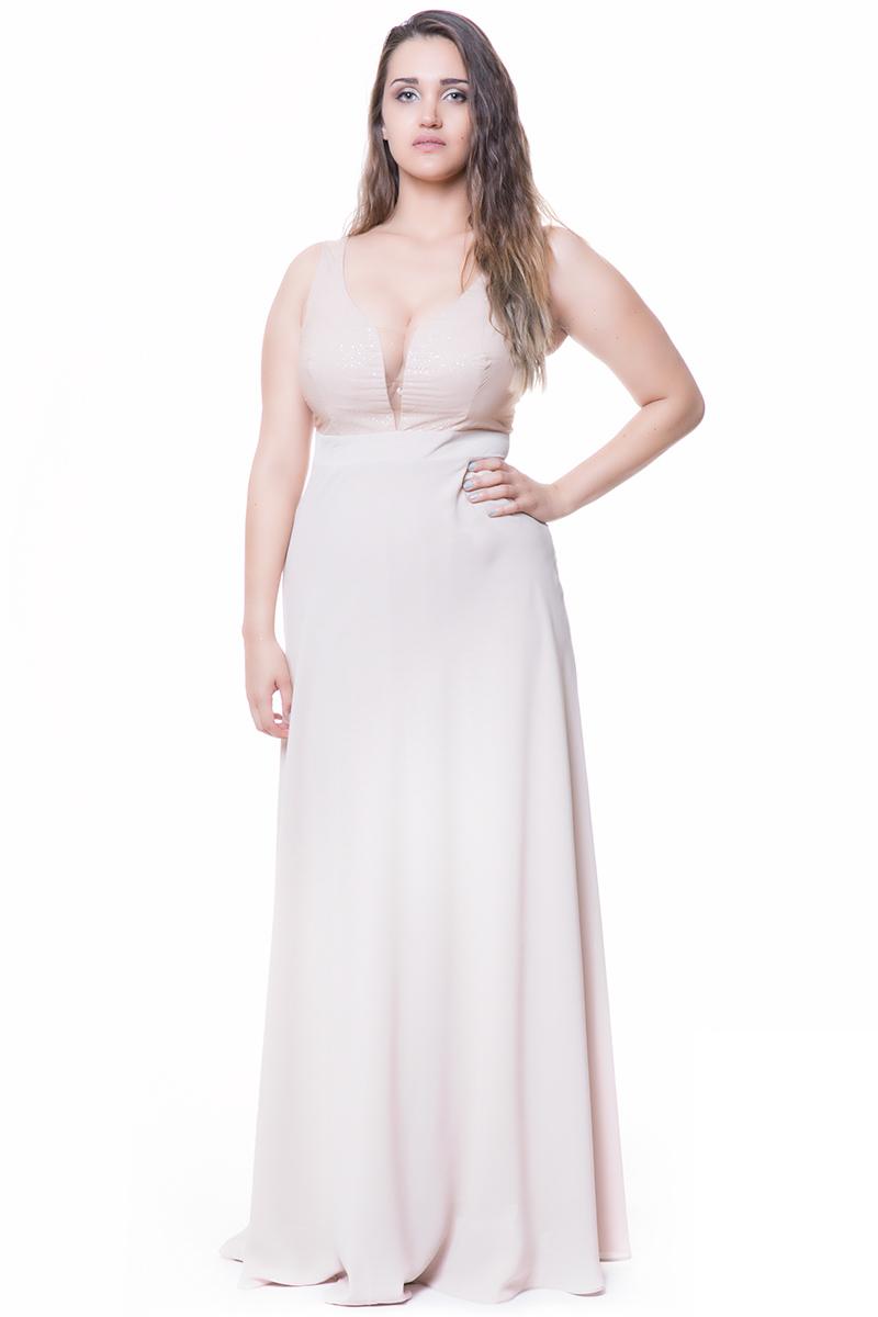 Μάξι φόρεμα με συνδιασμό υφασμάτων Μπούστο με μεγάλο V και διαφάνεια Η φούστα του φορέματος είναι σταθερή, κρεπ Χρώμα μπεζ Μεσάτο φόρεμα σε άλφα γραμμή Σατέν επένδυση στο ίδιο χρώμα. Στεγνό καθάρισμα μόνο Η γραμμή του είναι στενή - Προτιμήστε μεγαλύτερο νούμερο. Ιδανικό για glamorous εμφανίσεις που θα κλέψουν τις εντυπώσεις! Διαθέσιμα μεγέθη από S έως 3XL. Το μοντέλο έχει ύψος 1.75cm και φοράει μέγεθος S.