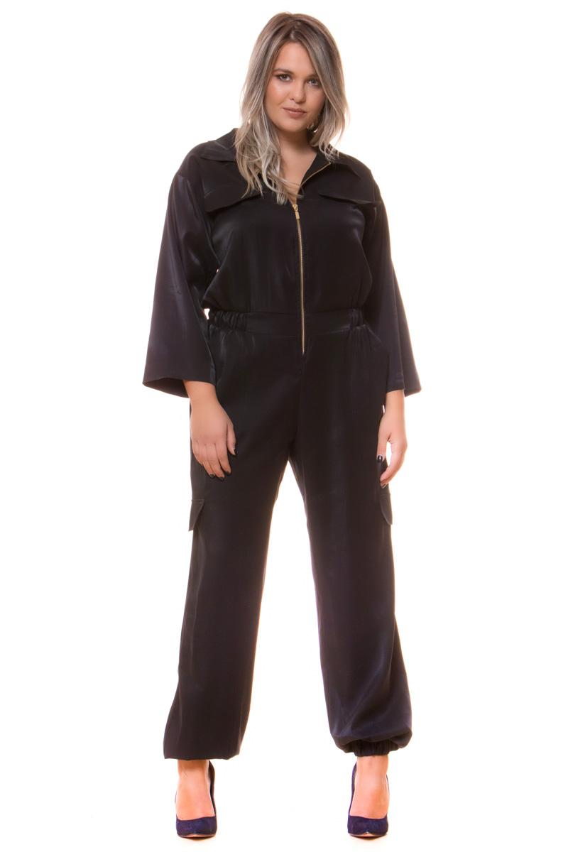 Ολόσωμη σατέν φόρμα Μαύρο χρώμα Μακριά μανίκια Διαθέτει φερμούαρ μπροστά Έχει λάστιχο στη μέση και στο κάτω μέρος Δύο τσέπες στην πίσω μεριά Σταθερό ύφασμα Η γραμμή της είναι ίσια Σύνθεση:87%ELEGANT 13%POL Η γραμμή είναι κανονική - επιλέξτε το κανονικό σας μέγεθος.Ιδανικό outfit για εντυπωσιακές βραδίνες εμφανίσεις.Διαθέσιμα μεγέθη από S έως XXL.Το μοντέλο έχει ύψος 1.75cm και φοράει μέγεθος S.
