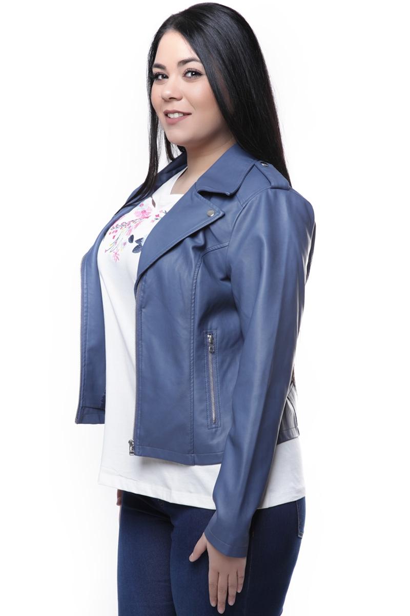 Leather like jacket Ίντιγκο χρώμα Γιακά και πέτο Στρόγγυλο τελείωμα Κοντό Επωμίδες Διαθέσιμα μεγέθη από 42 έως 54. Το μοντέλο έχει ύψος 1.73cm και φοράει μέγεθος 44.