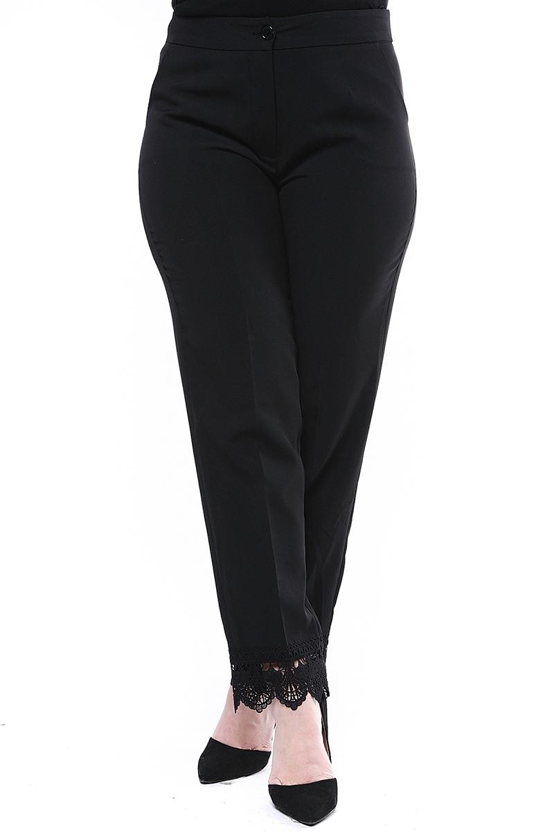 Παντελόνι με δαντέλα στο τελείωμα Μαύρο χρώμα Κλασική γραμμή Κλείνει με κουμπί και φερμουάρ Σύνθεση: 88%POL 12%SPA Διαθέσιμα μεγέθη από S έως XXL. Το μοντέλο έχει ύψος 1.75cm και φοράει μέγεθος S.