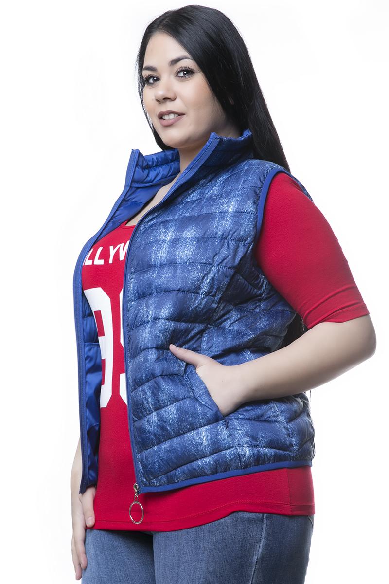 Αμάνικο μπουφάν Με τσέπες Puffer Κλείνει με φερμουάρ Έχει στενή γραμμή. Διαθέσιμα μεγέθη από 46 έως 50. Το μοντέλο έχει ύψος 1.73cm και φοράει μέγεθος 50.
