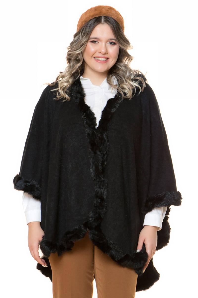 Πλεκτή κάπα Μαύρο χρώμα Με κουκούλα 3/4 μανίκια Με γούνινη λεπτομέρεια Σύνθεση: 15%PEL 85%ACR Η γραμμή είναι φραδιά - επιλέξτε το κανονικό σας νούμερο. Ένα must have item για εντυπωσιακές εμφανίσεις. Διαθέσιμα μεγέθη O/S Το μοντέλο έχει ύψος 1.75cm και φοράει μέγεθος O/S.