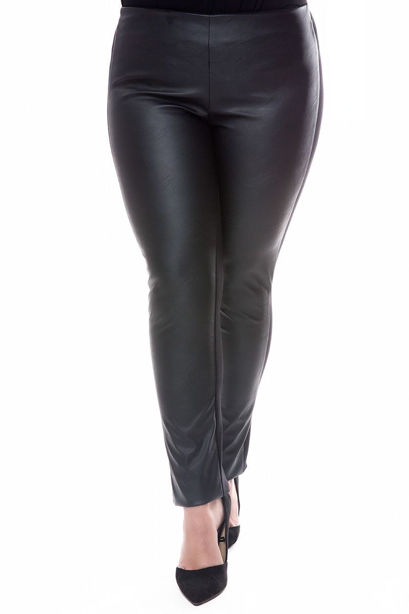 Παντελονοκολάν Μαύρο χρώμα Leather-like Ελαστικό ματ ύφασμα στο πίσω μέρος Διαθέτει μαλακό λάστιχο Στενή γραμμή Σύνθεση60%PU 40%POL Η γραμμή είναι κανονική -Συμβουλευτείτε το μεγεθολόγιο.Ιδανικό για outfits από το πρωί έως το βράδυ.Διαθέσιμα μεγέθη από XS έως XXL.Το μοντέλο έχει ύψος 1.75cm και φοράει μέγεθος M.