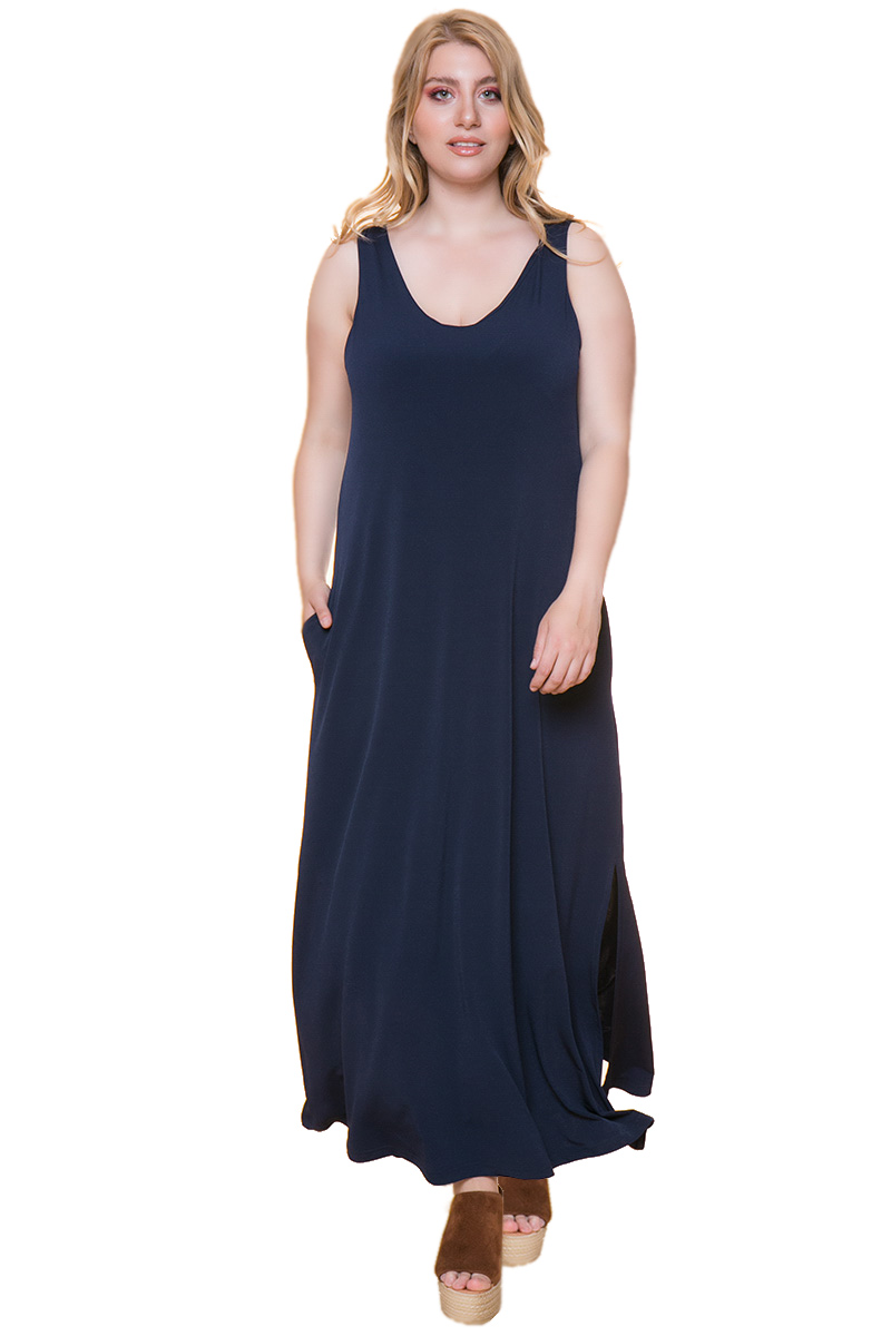 Maxi φόρεμα Χρώμα: μπλε Αμάνικο Έχει εσωτερικές τσέπες στο πλάι Σκισίματα στο μπροστινό μέρος Το ύφασμα του είναι ελαστικό Έχει V-neck λαιμόκοψη Σύνθεση 94%POL-6%SP Η γραμμή είναι κανονική - επιλέξτε το κανονικό σας μέγεθος. Ιδανικό για ξεχωριστές και chic εμφανίσεις. Διαθέσιμα μεγέθη από S εώς L. Το μοντέλο έχει ύψος 1,75 και φοράει το νούμερο S.