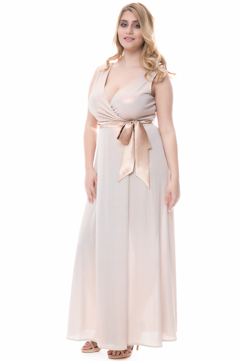 9e1afd47a4f1 Φόρεμα maxi Σομόν metallic χρώμα Διαθέτει σατέν ζώνη Άνοιγμα στο κάτω μέρος  Φαρδιές τιράντες V λαιμόκοψη