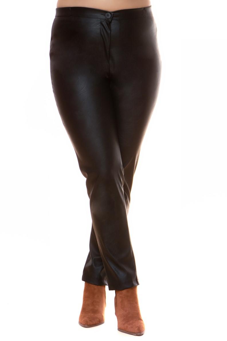 Παντελόνι Μαύρο χρώμα Leather-like Κλείνει με φερμουάρ και κουμπί Ελαστικό ύφασμα Ίσια στενή γραμμή Σύνθεση:96%POL 4%SP Η γραμμή είναι στενή. Συμβουλευτείτε το μεγεθολόγιο.Ιδανικό για να φορεθέι από το πρωί έως το βράδυ.Διαθέσιμα μεγέθη από 2 έως 6.Το μοντέλο έχει ύψος 1.75cm και φοράει μέγεθος 2.