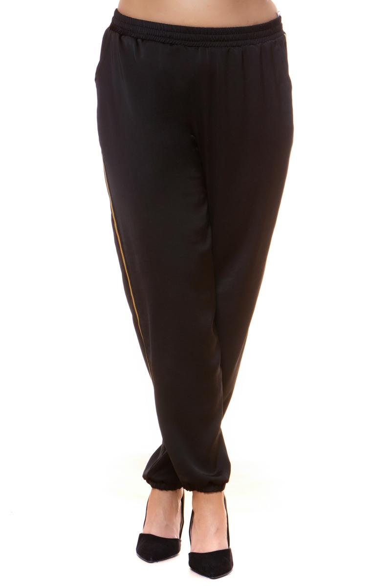 Σαλβάρι σατέν Μαύρο χρώμα Λάστιχο στην μέση Με λεπτή κίτρινη ρίγα στο πλάι Δύο τσέπες Λάστιχο στο τελείωμα Φαρδιά γραμμή Σταθερό ύφασμα Σύνθεση: 100%PES Η γραμμή είναι φαρδιά - Συμβουλευτείτε το μεγεθολόγιο.Ιδανικό piece για outfits από το πρωί μέχρι το βράδυ.Διαθέσιμα μεγέθη από M έως XXL.Το μοντέλο έχει ύψος 1.75cm και φοράει μέγεθος M.