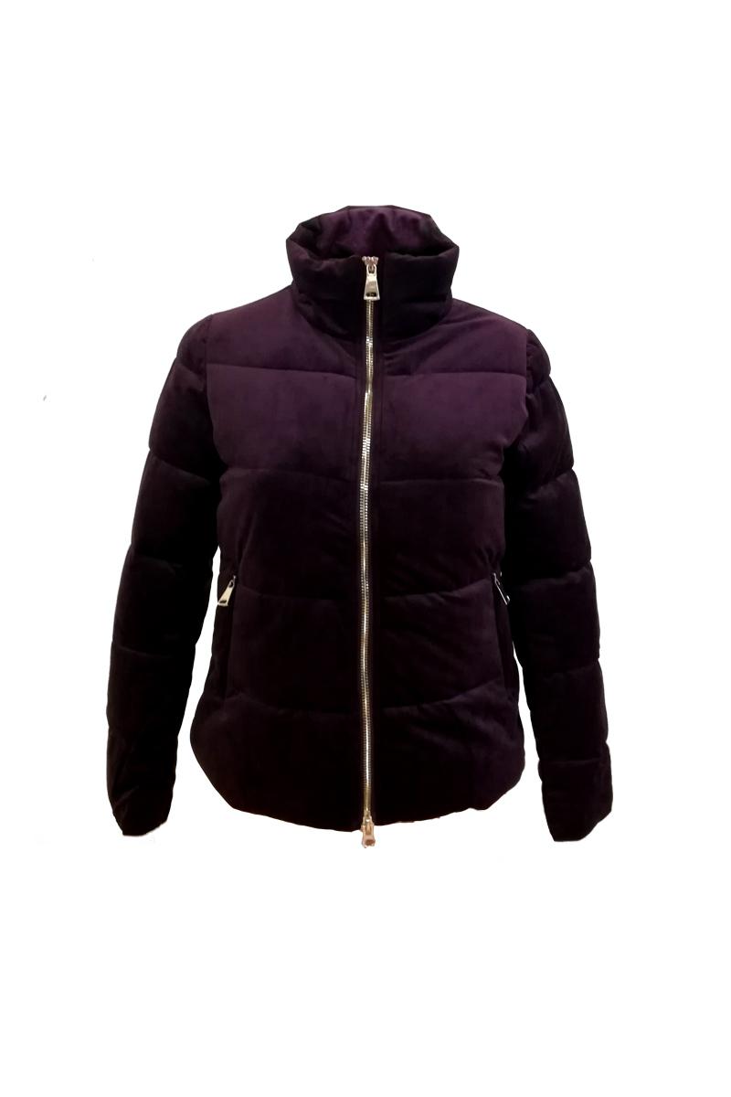 Κοντό μπουφάν Χρώμα μωβ Έχει σατέν επένδυση Κλείνει με φερμουάρ Δύο τσέπες με φερμουάρ Μακριά μανίκια Ίσια γραμμή Σταθερό ύφασμα Σύνθεση: 100%POL Η γραμμή είναι κανονική - Επιλέξτε το κανονικό σας νούμερο. Ιδανικό για υπέροχα winter outfits. Διαθέσιμα μεγέθη από 38 έως 48.