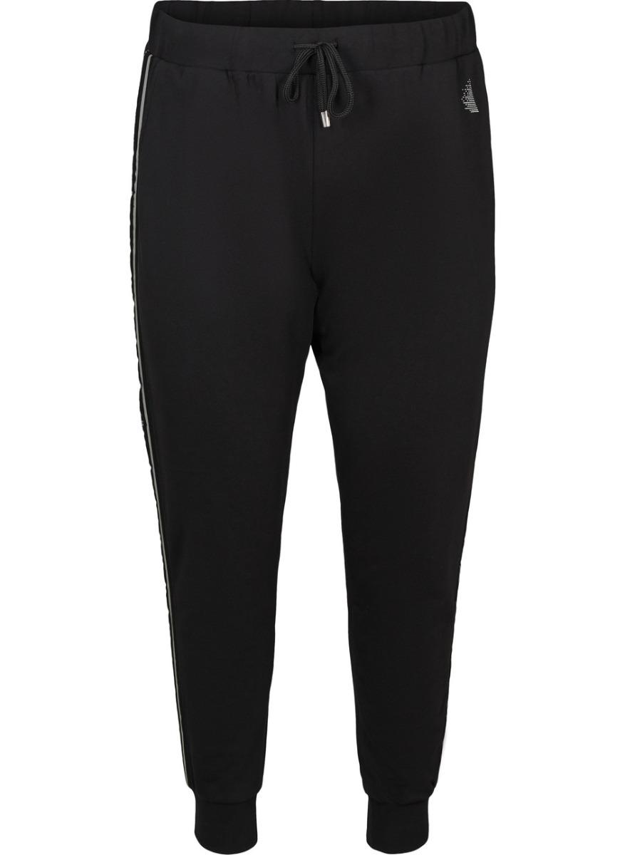 Παντελόνι training Χρώμα μαύρο Σφίγγει στη μέση με κορδόνι Διαθέτει τσέπες στα πλαΪνά Μήκος από το εσωτερικό 78cm Άνετη γραμμή Σταθερό ύφασμά Σύνθεση 100%COT Η γραμμή είναι κανονική - επιλέξτε το κανονικό σας μέγεθος.Ιδανικό γυμναστήριο αλλά και casual βόλτες.Διαθέσιμα μεγέθη από S έως XL.Το μοντέλο έχει ύψος 1.75cm και φοράει μέγεθος S.