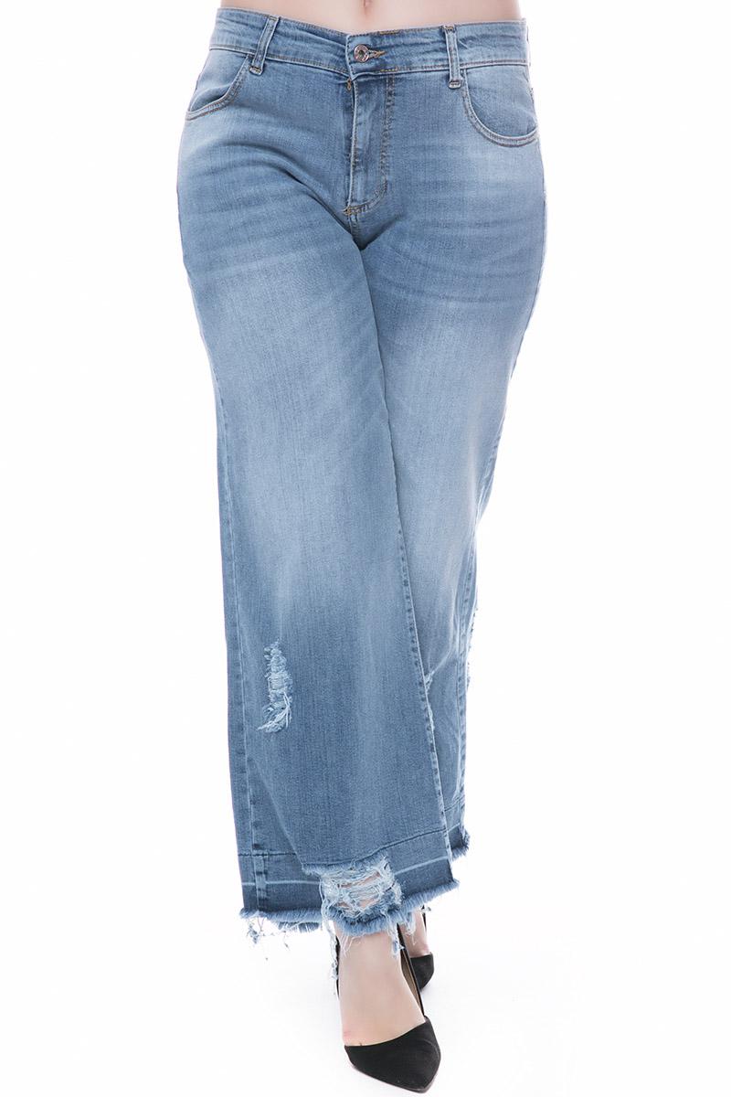 Παντελόνα jean Χρώμα denim blue Με ξέφτια στο τελείωμα Κλείνει με μονοκούμπι. Φαρδιά γραμμή Σταθερό ύφασμα Μακρύ Σύνθεση98%COT 2%EL Η γραμμή είναι κανονική - Συμβουλευτείτε το μεγεθολόγιο. Κατάλληλο για όλες τις ώρες και περιστάσεις. Διαθέσιμα μεγέθη από L έως XL. ο μοντέλο έχει ύψος 1.75cm και φοράει μέγεθος L.