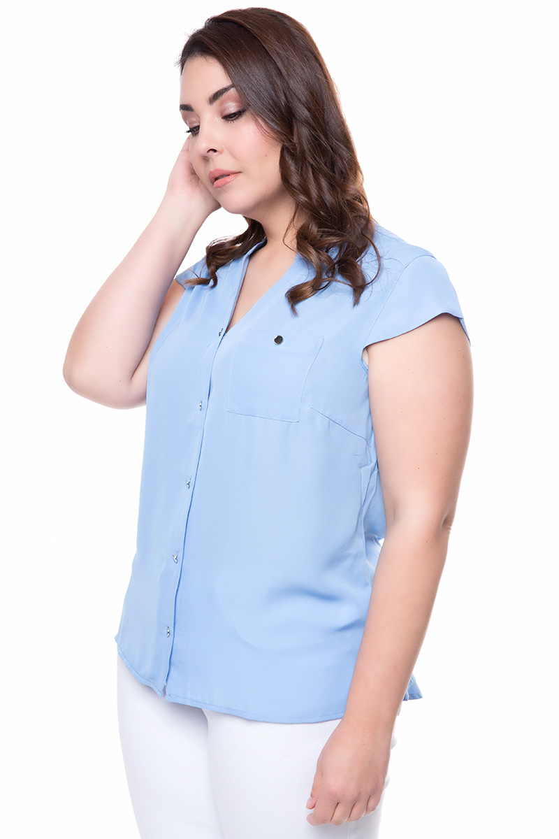 Πουκάμισο μουσελίνας Γαλάζιο χρώμα Χωρίς γιακά Κοντό μανίκι V λαιμόκοψη Τσέπη στο μπούστο Κλείνει με ασημένια κουμπιά Ελαφρώς πιο μακρύ από πίσω Ανοίγματα στο πλάι Σταθερό ύφασμα Σύνθεση: 100% POL Η γραμμή είναι κανονική - επιλέξτε το κανονικό σας νούμερο. Ένα must have item για εντυπωσιακές και chic εμφανίσεις. Διαθέσιμα μεγέθη από 38/40 έως 58/60. Το μοντέλο έχει ύψος 1.75cm και φοράει μέγεθος 38/40.