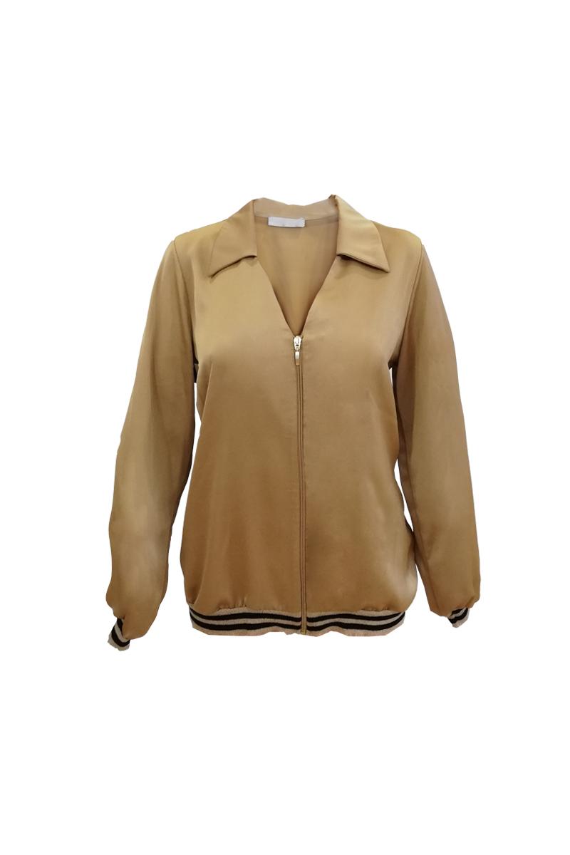 Satin-like bomber Χρώμα χρυσό V λαιμόκοψη με γιακά Μακριά μανίκια με ελαστικό ριπ τελείωμα Κλείνει με φερμουάρ Ριπ χρυσή τρέσα Balloon γραμμή Σταθερό ύφασμα Σύνθεση:100%PES Η γραμμή είναι κανονική - επιλέξτε το κανονικό σας μέγεθος.Ιδανικό jacket για outfits από το πρωί μέχρι το βράδυ.Διαθέσιμα μεγέθη από XS έως XXL.